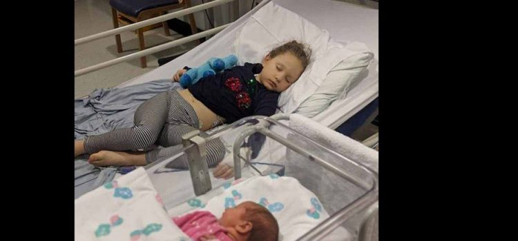 Murió tras el nacimiento de su hermana y mantuvieron su cuerpo durante cinco días