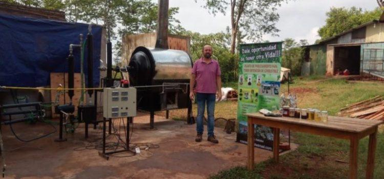 Un misionero metalúrgico logró convertir plástico en combustible